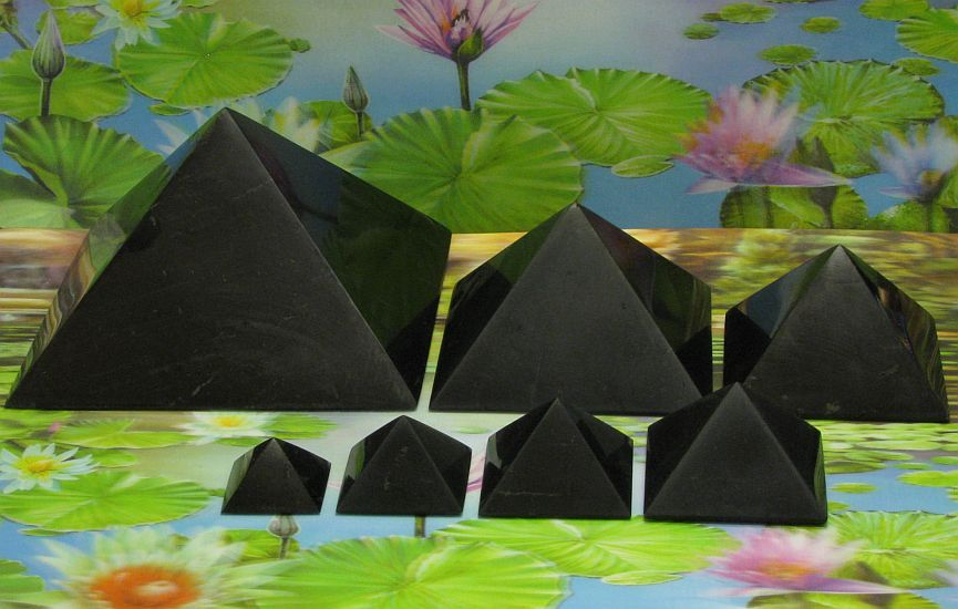 Shungite piramide 70 mm